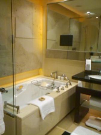Four Seasons Hotel Hong Kong: バスルーム
