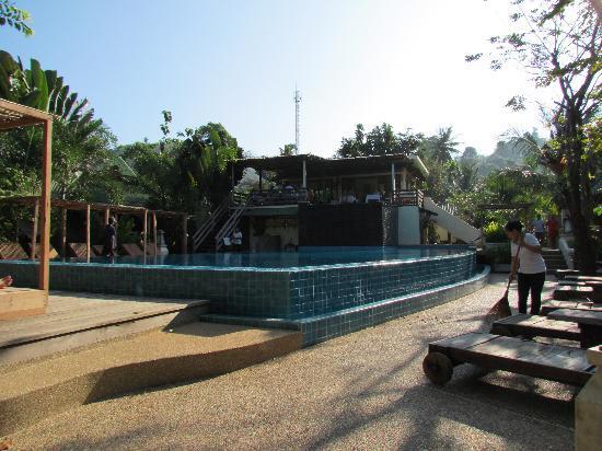 K.B. Resort: Pool und darüber temporär das Restaurant