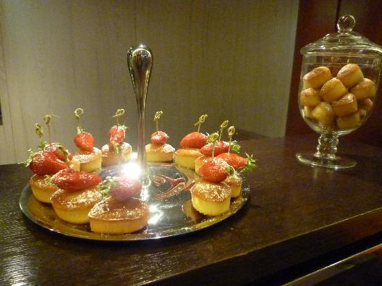 La Defense, Francia: Greeting pastry at front desk