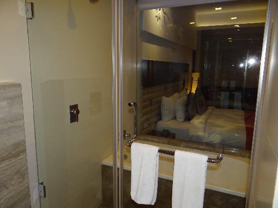 Maya Hotel: Bathroom