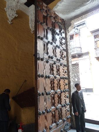 Palacio de Torre Tagle: Beautiful wood door entry