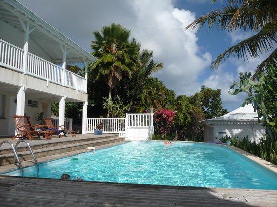 Reves en Iles: vue piscine avec villa sur la gauche