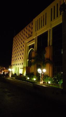 Sofitel Algiers Hamma Garden: Desde fuera de noche
