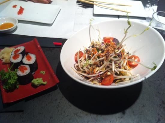 Komomoto: Salmon maki and vegetable salad