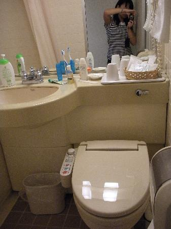 Hotel Viamare Kobe: yes, there is the modern toilet! and bath tub beside...