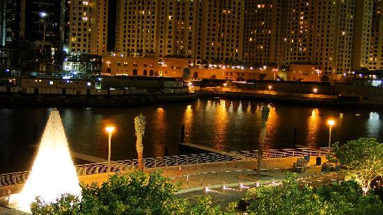 Address Dubai Marina: Paseo peatonal bajo el hotel