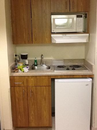 Gateway Studio Suites: Kitchenette with cookware and dishes in room