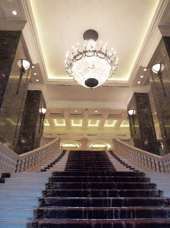 Phoenicia Hotel : Entrance to the Phoenicia lobby.