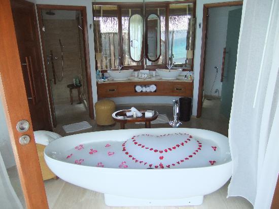 Constance Halaveli: Bathroom