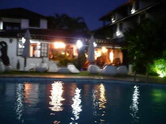Buzios Arambare Hotel: atardecer en la pileta