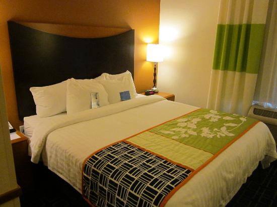 Fairfield Inn & Suites Venice: our king bed
