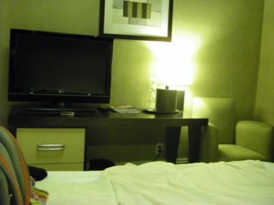 """Amsterdam Court Hotel : TV and """"desk"""" with no chair or room to sit"""