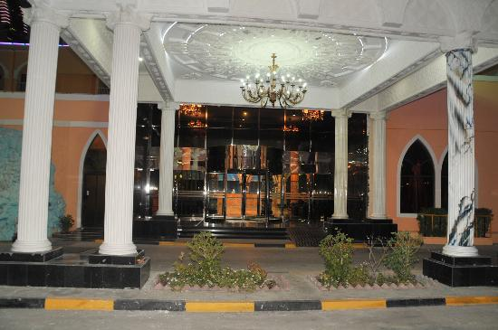 Gulf Gate Hotel: enterance- nice upgrade from the previous entrance which were just glass door