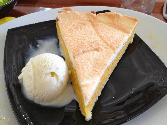 Moz Café : Tarte au potiron meringuée et sa boule de glace vanillée (en option)