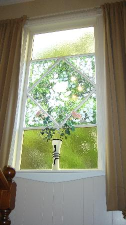Henry Maxwell's Central Bed & Breakfast: Pretty stained glass window at stair landing