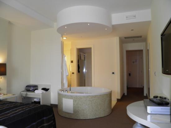 La camera con vasca iacuzzi picture of fonte del benessere resort castelpetroso tripadvisor - Vasca in camera ...