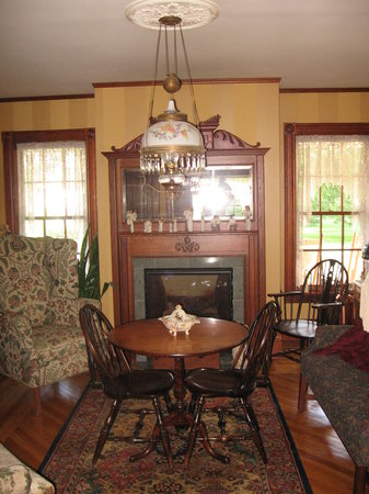 Harrigan House Bed & Breakfast: Front Parlor