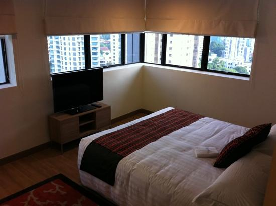 8 on Claymore Serviced Residences: spacious master room with king bed
