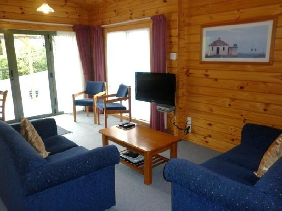 Chalets Motel: Lounge, 2 x Bedroom Chalet 6