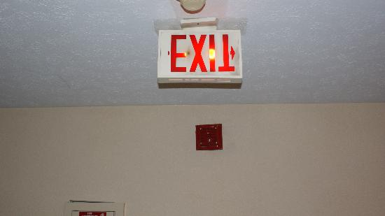 Ramada Plaza Louisville Hotel and Conference Center: EXIT SIGN UP SIDE DOWN