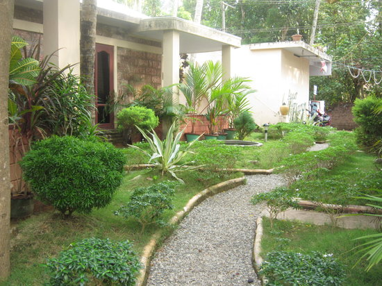 Varkala, India: Garden in front of the standard rooms
