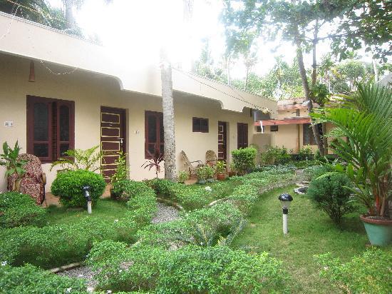 Ayur Theeram Ayurvedic Resort: Garden in front of standard rooms
