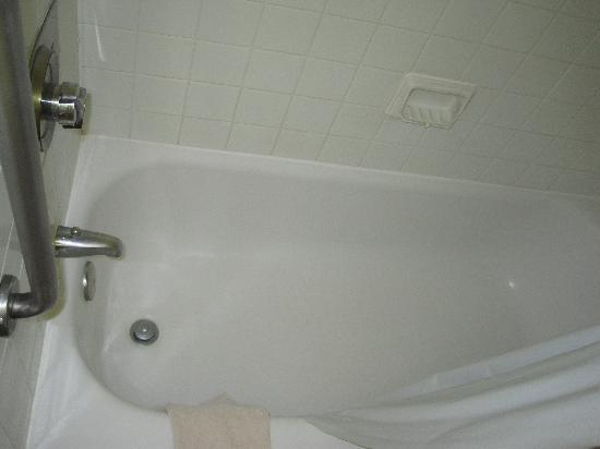 Home Suites Inn: clean tub