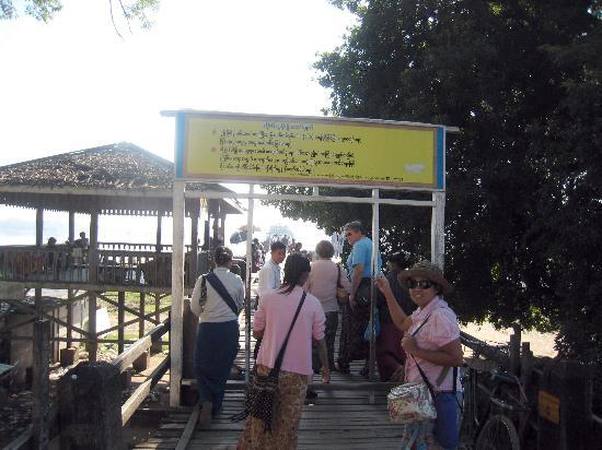 ‪جسر يو بن: The entrance to the U Bein Bridge from the Amarapura end‬