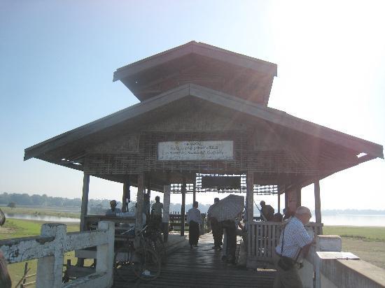 U Bein Bridge: The second rest 'hut' that you get to