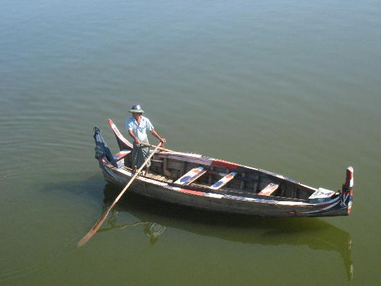 U Bein-broen: A boatman by the bridge trawling for tourists to take on a boat ride