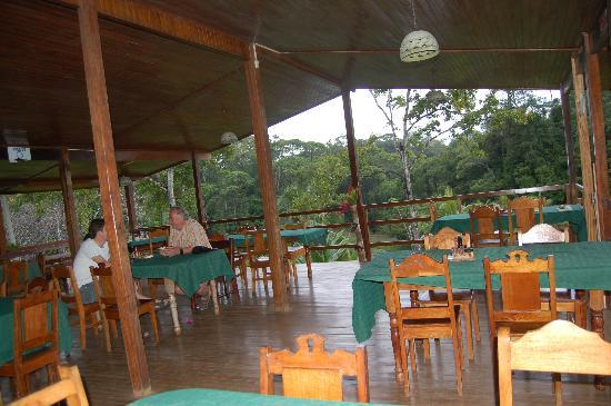 Laguna del Lagarto Lodge: Open air outside dining area