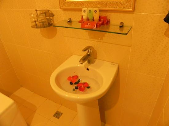 Rising Dragon Estate Hotel: Petals in the sink. Very cute