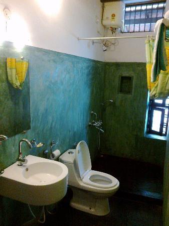 Villa Indra: Dark but clean bathroom