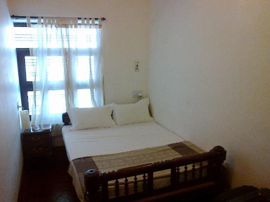 Villa Indra: Crammed room