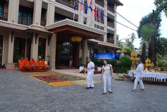 Angkor Sayana Hotel & Spa: главный вход, 8 марта