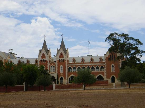 New Norcia Museum & Art Gallery: The old school grounds notice the dry grass, known to be spooked