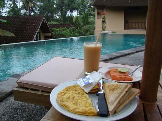 Jati 3 Bungalows: Breakfast beside the pool