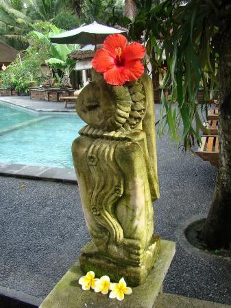 Jati 3 Bungalows: statue beside the pool
