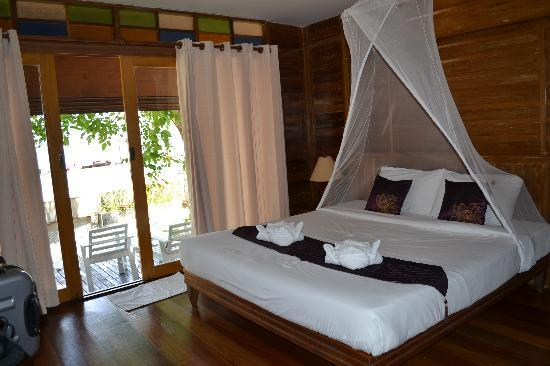 Koh Ngai Thanya Beach Resort: Inside the bungalow