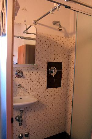 Hotel Medici: bathroom, missing a door and curtain, a bit difficult to keep water from getting on the floor