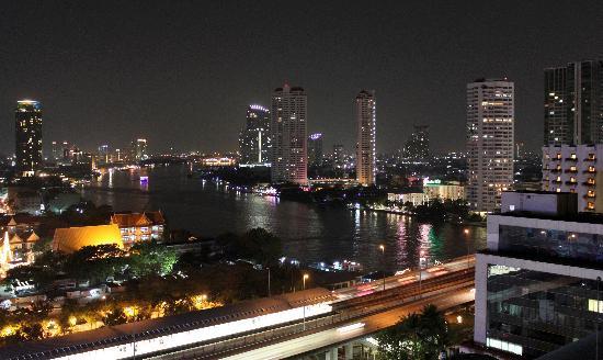 Centre Point Hotel Silom: vista nocturna desde la habitación en piso 19
