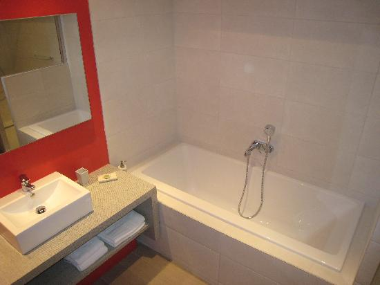 Les Terrasses du Luberon: salle de bain ch3