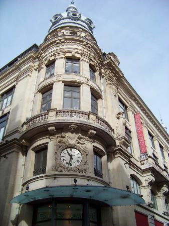 Rue Sainte-Catherine : La devanture des galeries Lafayette