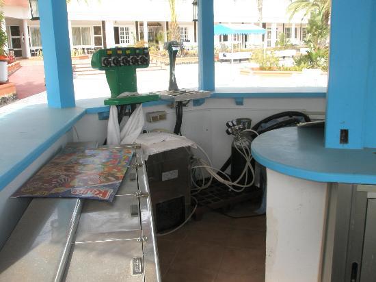 Globales Costa Tropical : Bar piscina en estado de abandono