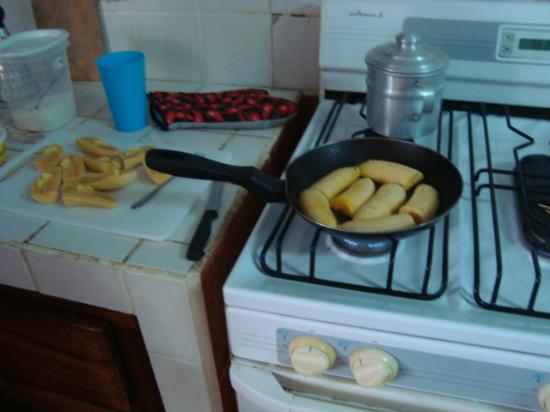 Hotel Perico Azul : Cooking plantains in shared kitchen.