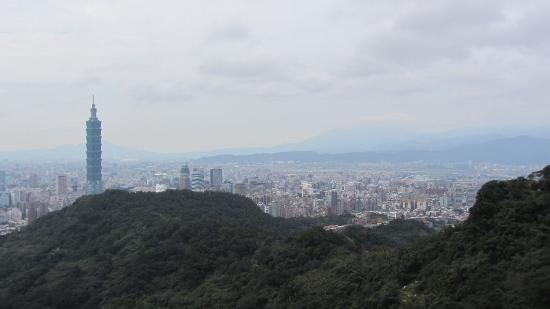 Elephant Mountain (aka Nangang District Hiking Trail): Blick auf die Stadt