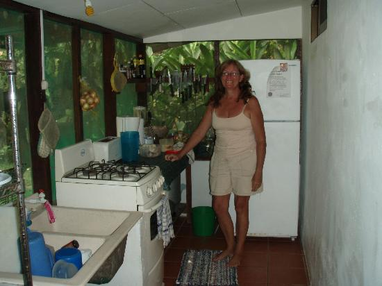 Casita Corcovado: Hostess Jamie whipping up breakfast in the kitchen
