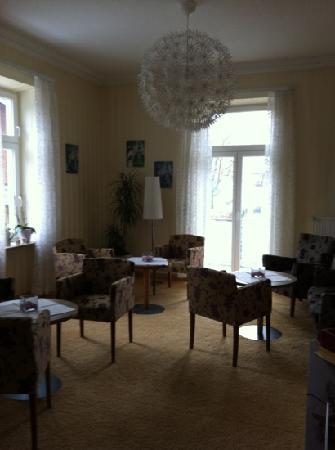 Hotel Almrausch: Aufenthaltsraum mit Kamin