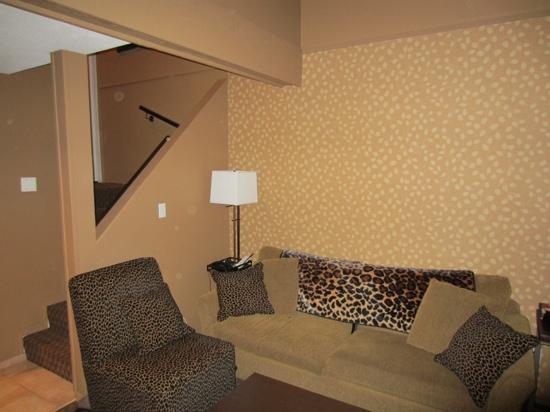 Executive Inn At Whistler Village: queen loft lounge area