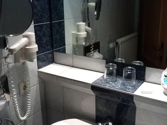 Kreuz-Post Hotel-Restaurant-Spa: Modern and super-clean bathrooms